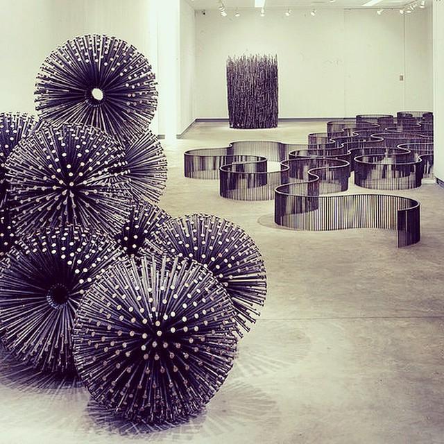 Obra de John Bisbee #escultura #sculpture #instalación #installation #arte #art #artecontemporaneo #contemporaryart #exposición #exhibition #museo #museum #artista #artist #hierro #iron #metal